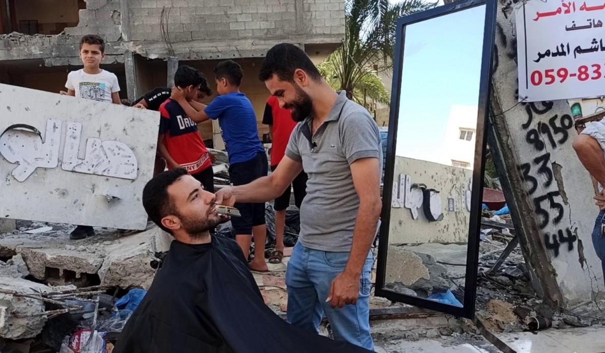 Gazzeli berber, molozlar üstünde mesleğini sürdürmeye devam ediyor