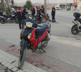 Çalıntı motosikleti gençler yakaladı