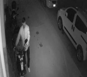 Motosiklet hırsızı güvenlik kamerasına yansıdı