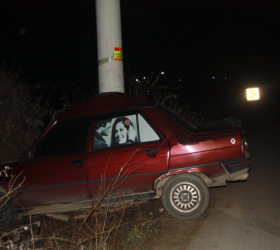 Kontrolden çıkan araç beton direğe çarptı