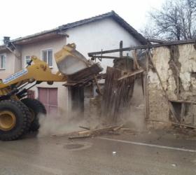İnegöl'de 5 metruk bina yıkıldı