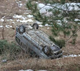 İnegöl yolunda otomobil şarampole uçtu; 5 yaralı