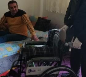 Sandalyesi çalınan engelli vatandaşa sandalye verildi