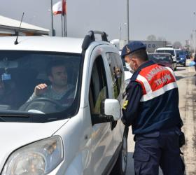 Jandarma sürücüleri tek tek uyarıyor