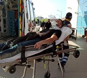 Yanından geçen araba sıkıştırdı, motosikletten düştü
