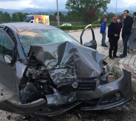 İnegöl'de kontrolden çıkan otomobil duvara çarptı: 3 yaralı
