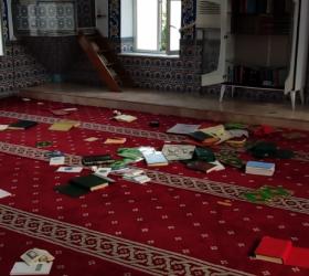 Camiye zarar veren çocuklar kameraya yakalandı