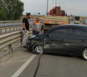 Hurdaya dönen araçta 1'i çocuk 2 kişi yaralandı