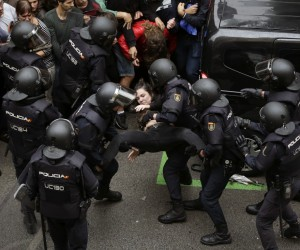 İspanya'da polisle referandum çatışması
