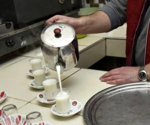 Bu ilçede kahvelerde sıcak süt satılıyor