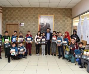 Başkan Külcü'den kurs öğrencilerine kitap