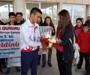 Avrupa üçüncüsü Demirhan'a görkemli karşılama