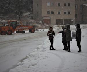 Uludağ'a kar yağdı, vatandaşlar kar topu oynadı