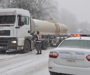 İnegöl-Domaniç yolunda kar yağışı etkili oldu