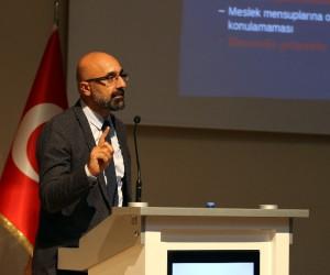 AİÇÜ'de Eczacılıkta Uzmanlık Yasası ve Uzmanlık Sınavı Konferansı