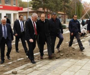 Bayburt protokolü Cumhuriyet Caddesinde incelemelerde bulundu