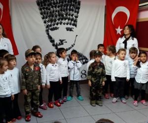 Minikler el izleri ile Atatürk portresi yaptı