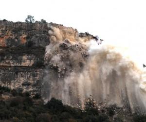 Hamzabeyli yolundaki kil taşı kayası patlatılarak yol güvenliği sağlandı