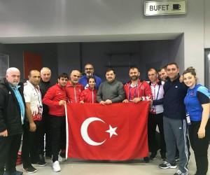 Bakan Aşkın Bak, milli güreşçi Demirhan'ı tebrik etti