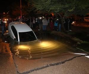Adana'da su borusu patladı, otomobil yolda oluşan dev çukura düştü