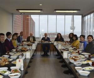 Azar, Çinli öğrencilerle kahvaltıda bir araya geldi