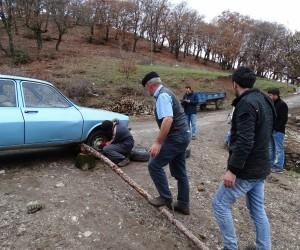 Araç lastiğini değiştirirken kriko yerine sırık kullanıyor