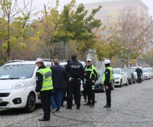 Yol kenarındaki satılık ilanlı araçlara cezai işlem uygulandı
