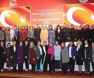 Vali Bilmez'in eşi Meral Bilmez, İzmir'de gönül elçileri buluşmasına katıldı