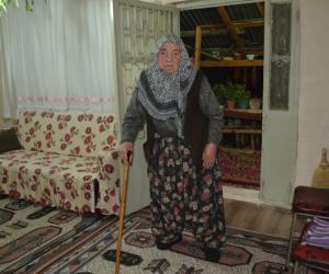 Yaşlı kadının emekli maaşını çaldılar