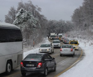 Uludağ'da kar yüzünden yol kapandı kilometrelerce kuyruk oluştu