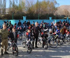 Kayyum atanan Hani belediyesi 40 gün sabah namazına devam eden öğrencilere bisiklet hediye etti