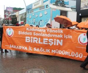 Kadına şiddete dikkat çekmek için turuncu şemsiyelerle yürüdüler