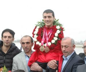Şampiyon yüzücü Beytullah Eroğlu'na Kahramanmaraş'ta coşkulu karşılama