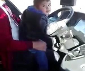 5 yaşında şehirlerarası otobüs kullanıyor