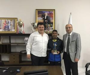 Manisa BBSK Başkanı Aktan maraton sporcusu Bayram'ı tebrik etti