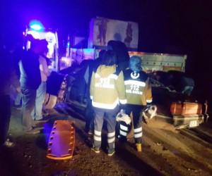 Otomobil, mermer yüklü tıra çarptı: 4 yaralı