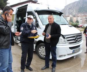 Amasya'da polisler tebdili kıyafetle minibüsleri denetledi