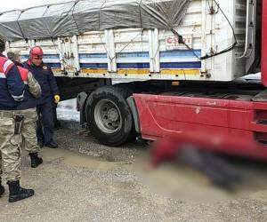 Tırın patlayan körüğünü kontrol için altına giren sürücü ezilerek hayatını kaybetti