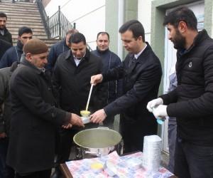 Başkan Vekili Vardar, Cuma namazı çıkışı vatandaşa çorba ikram etti