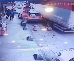 (Özel Haber) Bahçelievler'de kamyon faciasının eşiğinden dönülen anlar kamerada