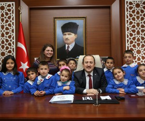 Bayraktar Köyü İlkokulu öğrencileri Vali Ali Hamza Pehlivan'ı ziyaret etti
