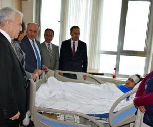 Vali Meral, kazada ağır yaralanan öğrenciyi hastanede ziyaret etti