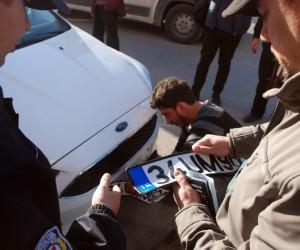 İkiz plakalı otomobiller karşılıklı park edilince polisi alarma geçirdi