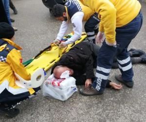 Duran aracın açılan kapısına çarpıp yaralandı