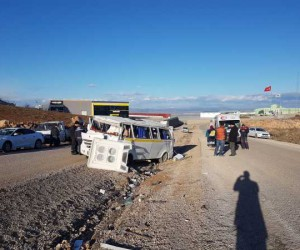 2.OSB'de feci kaza, servis minibüsü takla attı