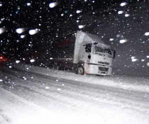 Zincirsiz ve kar lastiği olmayan araçlara geçiş izni yok