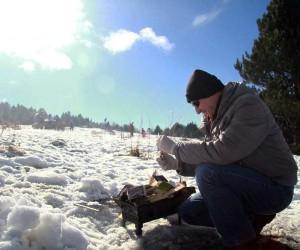 Yeni yılın ilk gününde Uludağ'da kar üzerinde mangal keyfi
