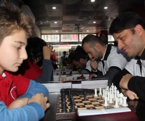 Görme engelli satranççılar ile gençler arasında yapılan turnuva büyük ilgi gördü