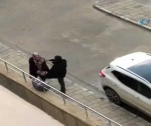 Bebekli kadına kaldırımda tekmeler attı