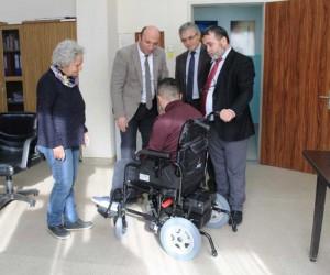 Engelli öğrencinin akülü sandalye sevinci